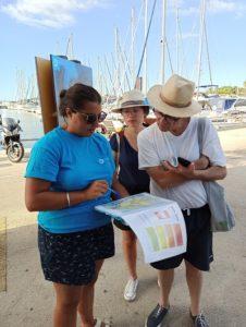 Posté au niveau de l'embarcadère (avant le départ des bateaux),un animateur montre aux visiteurs la carte des sentiers fermés